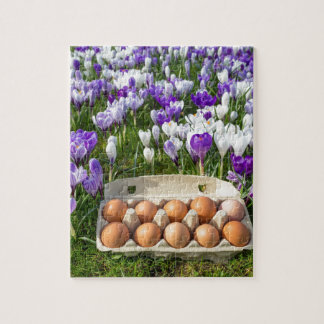Quebra-cabeça Caixa de ovo com os ovos da galinha nos açafrões