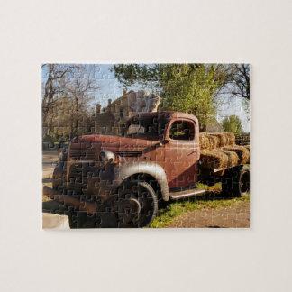 Quebra-cabeça Caminhão velho da fazenda com pacotes de feno