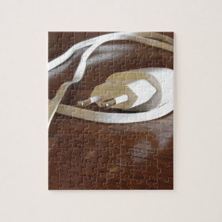 Quebra-cabeça Carregador branco do smartphone na mesa de madeira