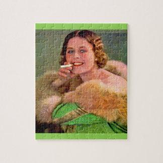 Quebra-cabeça fumador da senhora dos anos 30