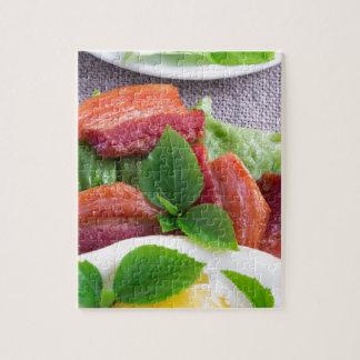 Quebra-cabeça Gema, bacon fritado, ervas e fim-acima da alface