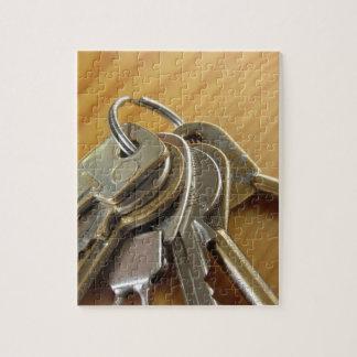 Quebra-cabeça Grupo de chaves gastas da casa na mesa de madeira