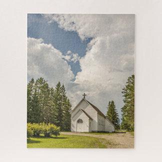 Quebra-cabeça Igreja branca rural com uma cruz e umas nuvens