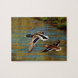 Quebra-cabeça O pato selvagem Ducks o voo sobre a lagoa
