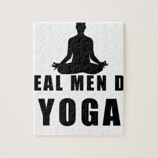 Quebra-cabeça os homens reais fazem a ioga