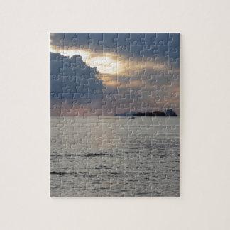 Quebra-cabeça Por do sol morno do mar com navio de carga e um