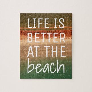 Quebra-cabeça temático da praia com fundo do