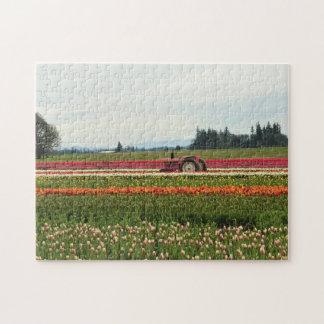Quebra-cabeça Trator cor-de-rosa no campo da tulipa