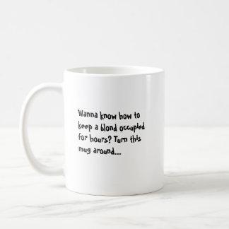 Queira saber manter um louro ocupado por horas? caneca de café