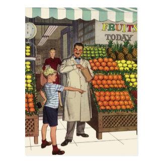 Quitandeiro e menino do vintage ao lado do suporte cartao postal