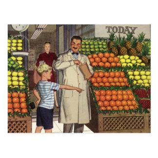 Quitandeiro e menino do vintage ao lado do suporte cartões postais