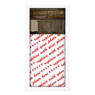 Radiador oxidado (calefator de sala) na prisão de  cartão com fotos personalizado