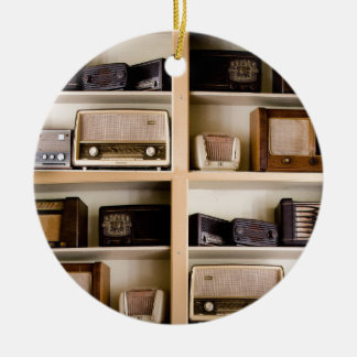 Rádios velhos dos anos 50 do vintage em ornamento de cerâmica redondo