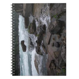 Rapids rochosos no caderno de Niagara Falls