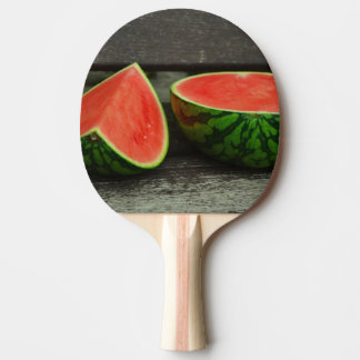 Raquete De Ping-pong Corte a melancia no fundo de madeira rústico