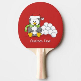 Raquete De Ping Pong Pinguim do Natal que senta-se com bolas da neve