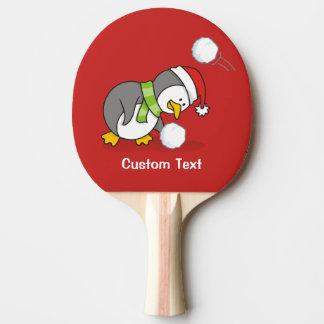 Raquete Para Ping Pong Pinguim do Natal que obtem uma bola da neve