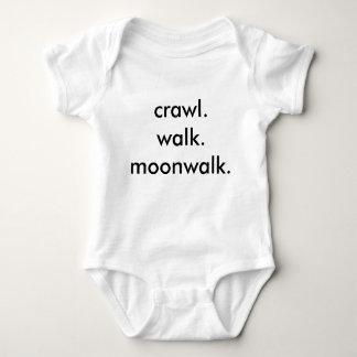 rastejamento. caminhada. moonwalk. t-shirt