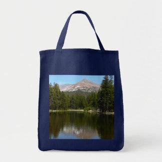 Reflexão do lago Yosemite no parque nacional de Sacola Tote De Mercado