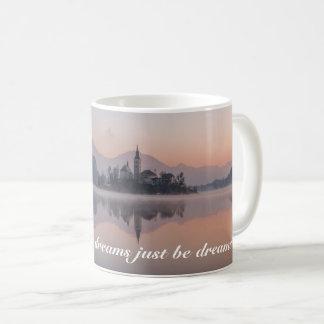 Reflexão personalizada do nascer do sol da vila da caneca de café