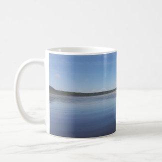 Reflexões azuis da caneca da baía de Rhossili