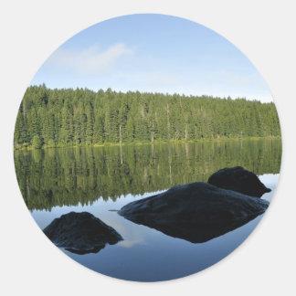 Reflexões claras do lago adesivo em formato redondo