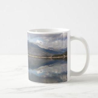 Reflexões da montanha caneca de café