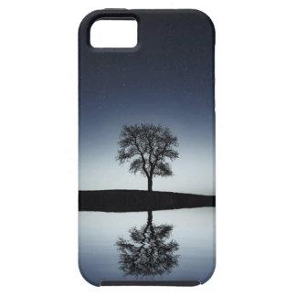 Reflexões em uma capa de telefone do lago