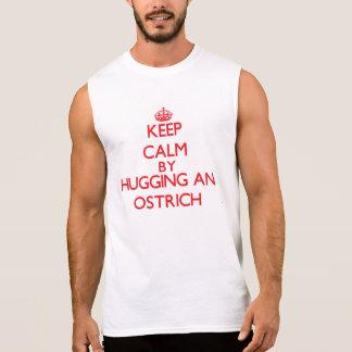Regata Mantenha a calma abraçando uma avestruz