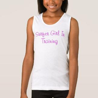 Regata Menina do surfista no treinamento