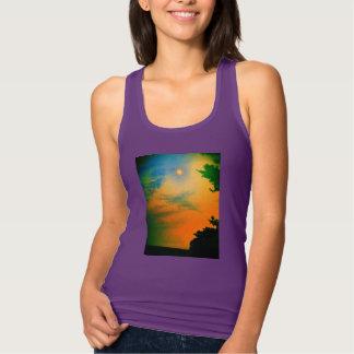 Regata senhoras do t-shirt do por do sol do arco-íris