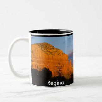 Regina na caneca vermelha de incandescência da roc