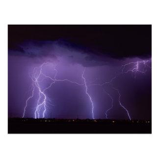 Relâmpago roxo em uma tempestade do trovão do cartão postal