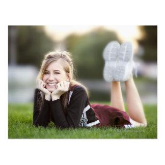 Relaxamento adolescente na grama cartoes postais