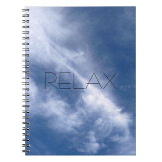 Relaxe o caderno da natureza do céu azul e da