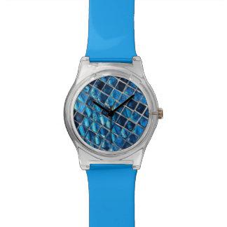 Relógio azul do 28 de maio com a cara azul do