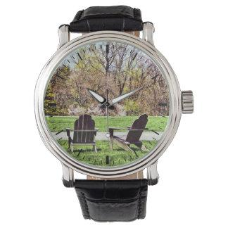 Relógio Cadeiras de Adirondack no primavera