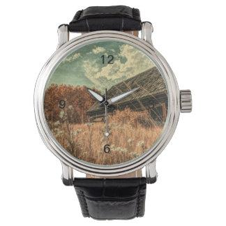 Relógio celeiro velho da fazenda do wildflower do campo do