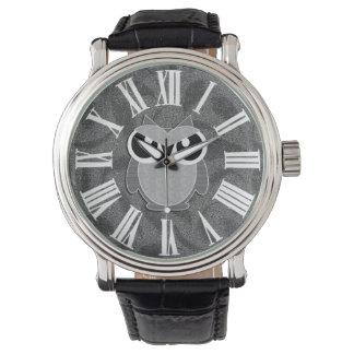 Relógio Coruja bonito nas máscaras das cinzas com numerais