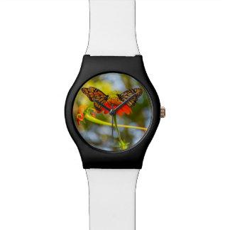 Relógio De Pulso Borboletas de monarca em Wildflowers