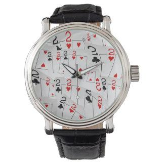 Relógio De Pulso Cartões número Twos do póquer em um teste padrão,