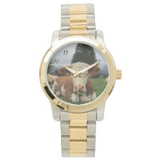 Relógio De Pulso Feche acima de uma vaca marrom e branca que