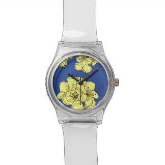 Relogio De Pulso Flores amarelas tiradas mão de Apple no azul