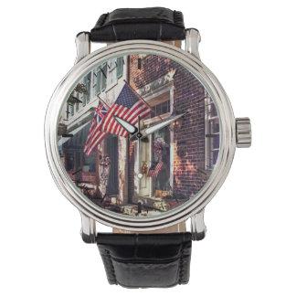 Relógio De Pulso Fredericksburg VA - Rua com bandeiras americanas