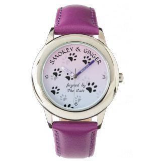 Relógio De Pulso Pegadas insolentes do gato no modelo cor-de-rosa
