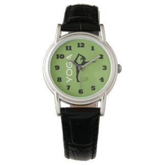 Relógio De Pulso Silhueta da pose da ioga no monograma verde do
