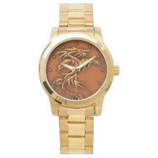 Relógio do metal do ouro com um design do dragão