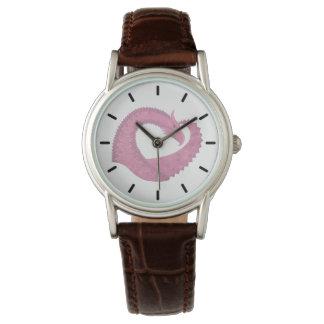 Relógio Dragão cor-de-rosa do coração no branco