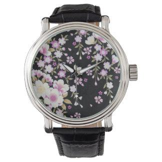 Relógio Falln que conecta flores cor-de-rosa