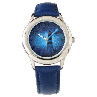 Relógio Farol azul em a noite com pingos de chuva